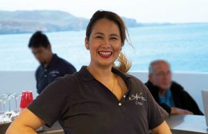 Hôtesse Laurentina accueille chaque invité à bord avec un grand sourire
