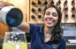 Hôtesse Marcella verse des boissons au bar