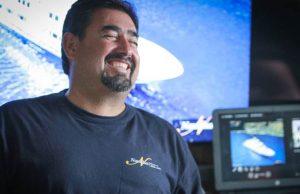 Le Divemaster Pedro est tout sourire alors qu'il accueille les invités à bord