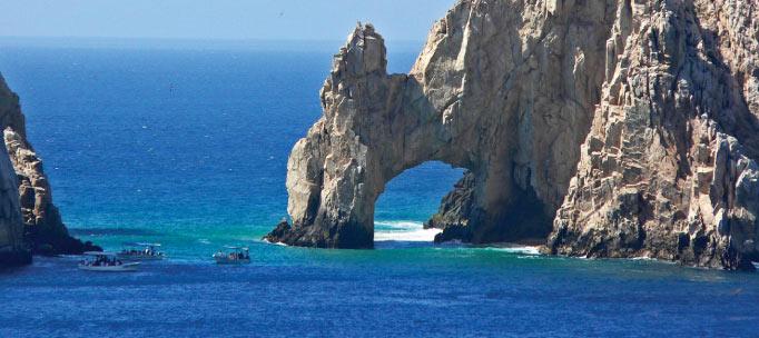 eau bleue brillante de l'archipel de revillagigedo à côté des falaises rocheuses