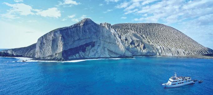 Nautilus explorateur navigue par le cône de cendres de l'île de San benedicto