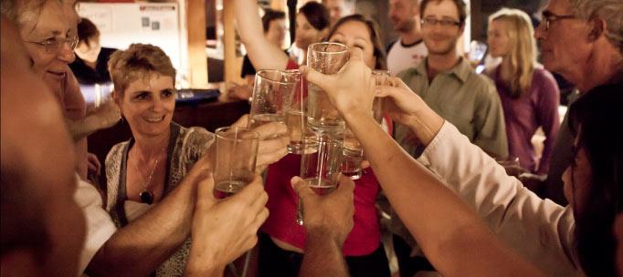 invités nautilus toast dans la célébration du voyage