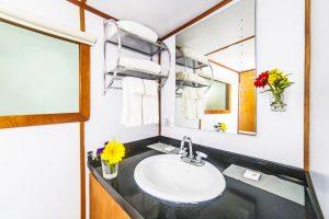 Des salles de bains propres et brillantes se trouvent à bord du Nautilus Under Sea
