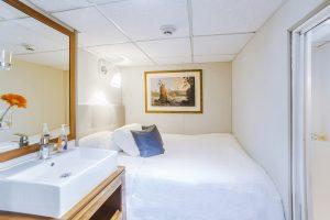 Stateroom B à bord du Nautilus Explorer dispose d'un grand lit et un espace de stockage supplémentaire